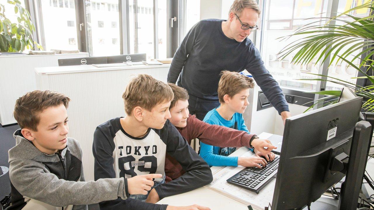 Daniel Mau und Teilnehmer in der Sportredaktion während des Zukunftstages 2019 in Braunschweig.