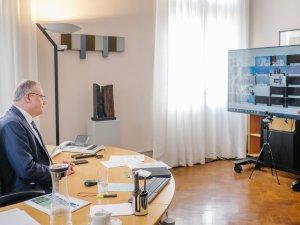 Stephan Weil (SPD), Niedersachsens Ministerpräsident, verfolgt im Gästehaus der Niedersächsischen Landesregierung die Bund-Länder-Konferenz.