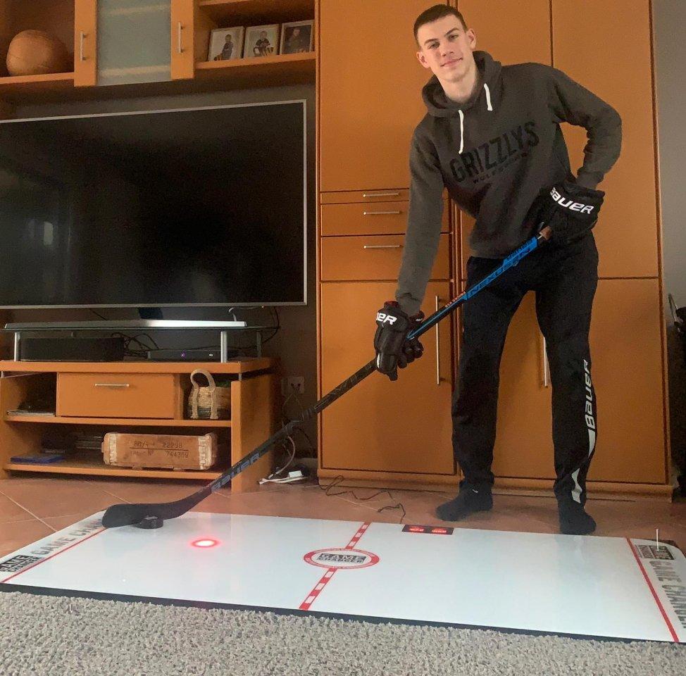 Techniktraining im Wohnzimmer: Auf einer elektronischen Trainingsplatte, die durch Lichtsignale die geforderte Puckbewegung vorgibt, verbessert Grizzlys-Juniorenspieler Lukas Fricke seine technischen Fertigkeiten.