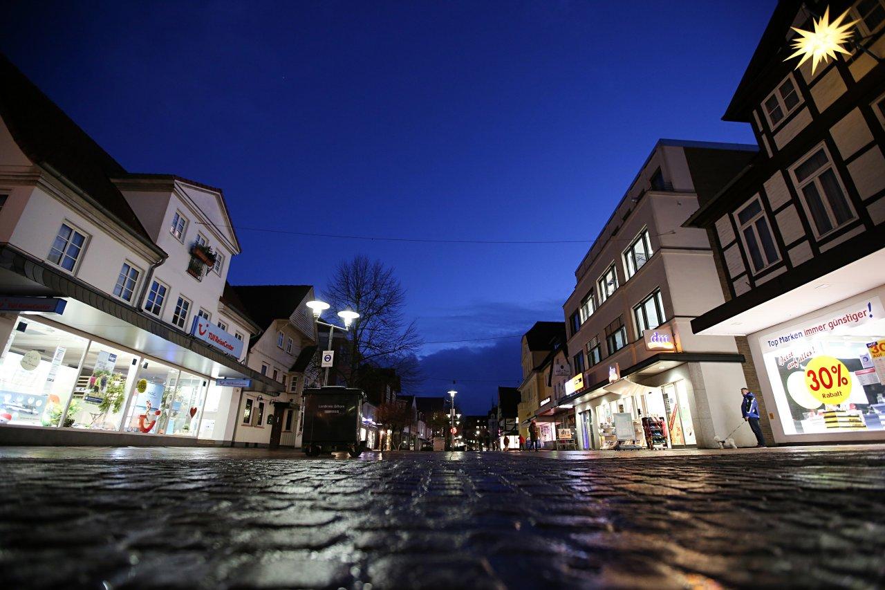 Die menschenleere Fußgängerzone in der Gifhorner Innenstadt. Angesichts hoher Corona-Neuinfektionszahlen hat der Landkreis Gifhorn eine Ausgangssperre verhängt, ein weitreichendes Kontaktverbot soll folgen. Bis Ende Januar soll die Ausgangsbeschränkung gelten.