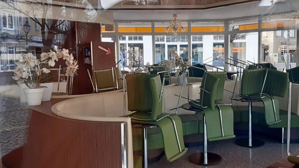 In der Eisdiele auf dem Peiner Marktplatz sind die Stühle noch hochgestellt. Wann dort wieder serviert werden darf, ist noch offen.